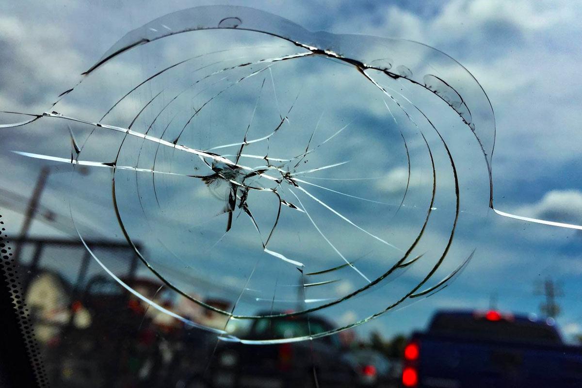 образец картинки трещина на лобовом стекле улыбнувшись, льдинку опускаешь